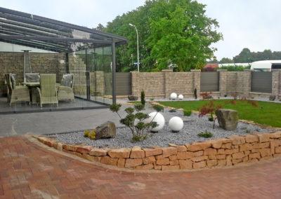 Trockenmauer-Beeteinfassung aus Ibbenbürener Sandstein, Mischzaun aus Trockenmauer und Kunststoffelementen