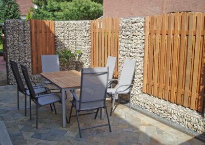 Sichtschutz aus Holzelementen und Gabionen