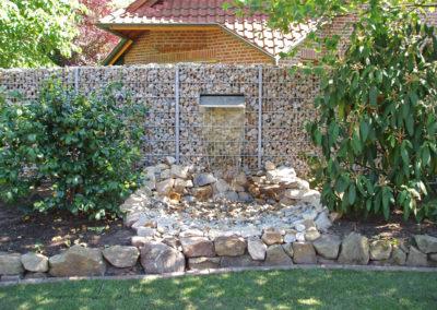 Gabionenzaun mit eingebautem Wasserfall