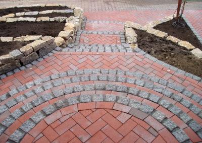 Treppenanlage aus Granitpalisaden und Pflasterklinkersteinen, Hochbeete aus Muschelkalktrockenmauern