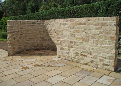 Großzügige Außendusche aus Bentheimer Sandstein