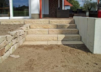 Treppenaufgang zur Terrasse aus spaltrauen Sandsteinblöcken