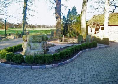 Brunnen und tiefer gelegte Terrasse