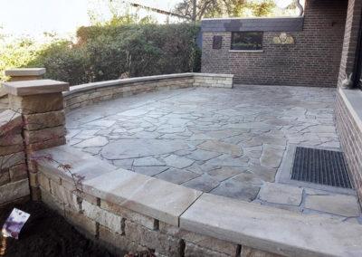 Geschliffene Abdeckplatten aus Standstein auf den Mauern und Pfeilern