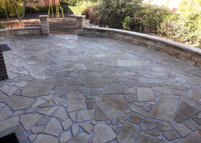 Terrassenboden aus geschliffenen Polygonalplatten aus Sandstein