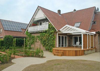 Höher liegende Terrasse aus Naturholz (Bangkirai Holz)
