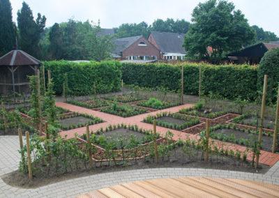 Großer klar strukturierter Bauerngarten, eingefasst mit einer Hainbuchenhecke