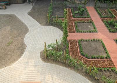 Vom Pflasterkreis gelangt man durch den Buchenbogen zum Bauerngarten